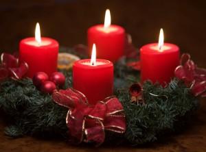 Vier brennende Kerzen auf Adventskranz